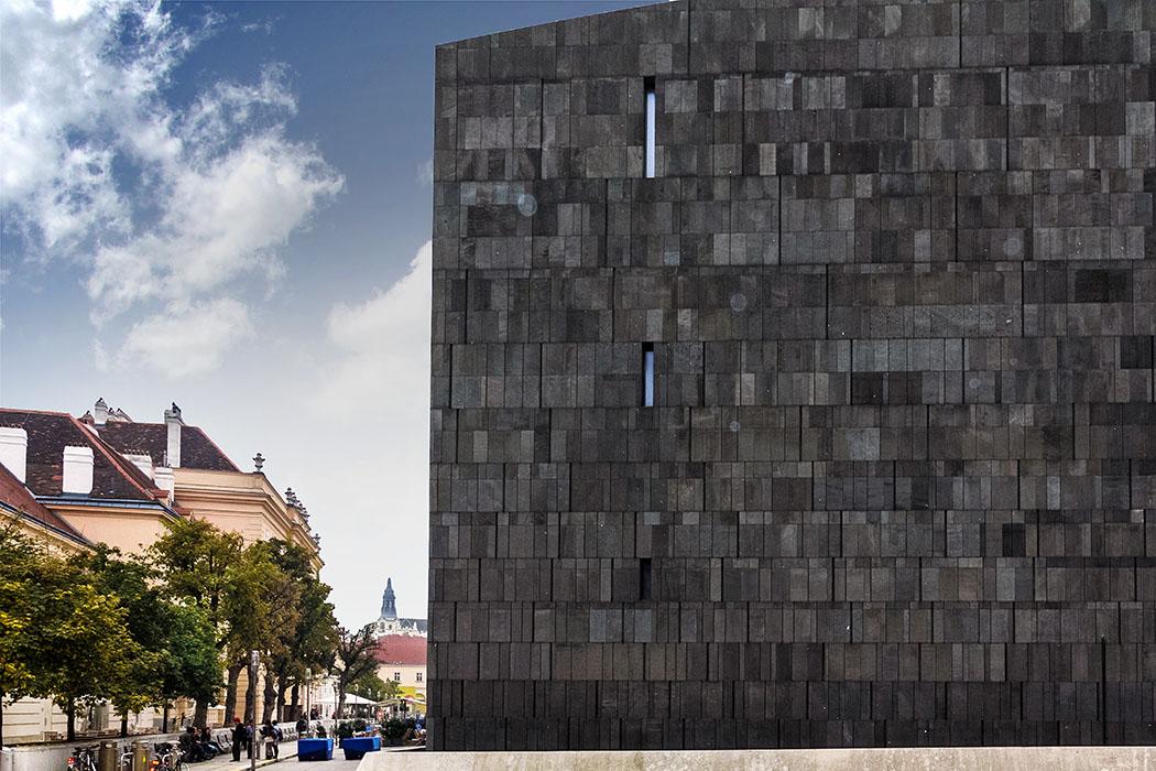 wien museumsquartier kubus Das MuseumsQuartier ist eines der zehn größten Kulturareale der Welt. Hier treffen Alte Meister auf Moderne Kunstwerke, Barock auf Cyberspace. Im schwarzen Kubus befindet sich das Museum für Moderne Kunst mit Werken von Andy Warhol, Pablo Picasso, Yoko Ono und Gerhard Richter.