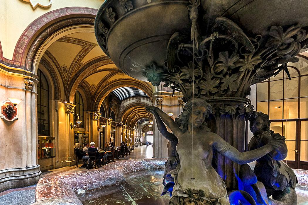 Städtereise Wien sehenswürdigkeiten von wien wien palais ferstel donaunixenbrunnen oesterreich vienna austria Der Donaunixenbrunnen im sechseckigen Basarhof des Palais Ferstel, dahinter die vornehme Einkaufspassage zwischen der Herrengasse und der Freyung.