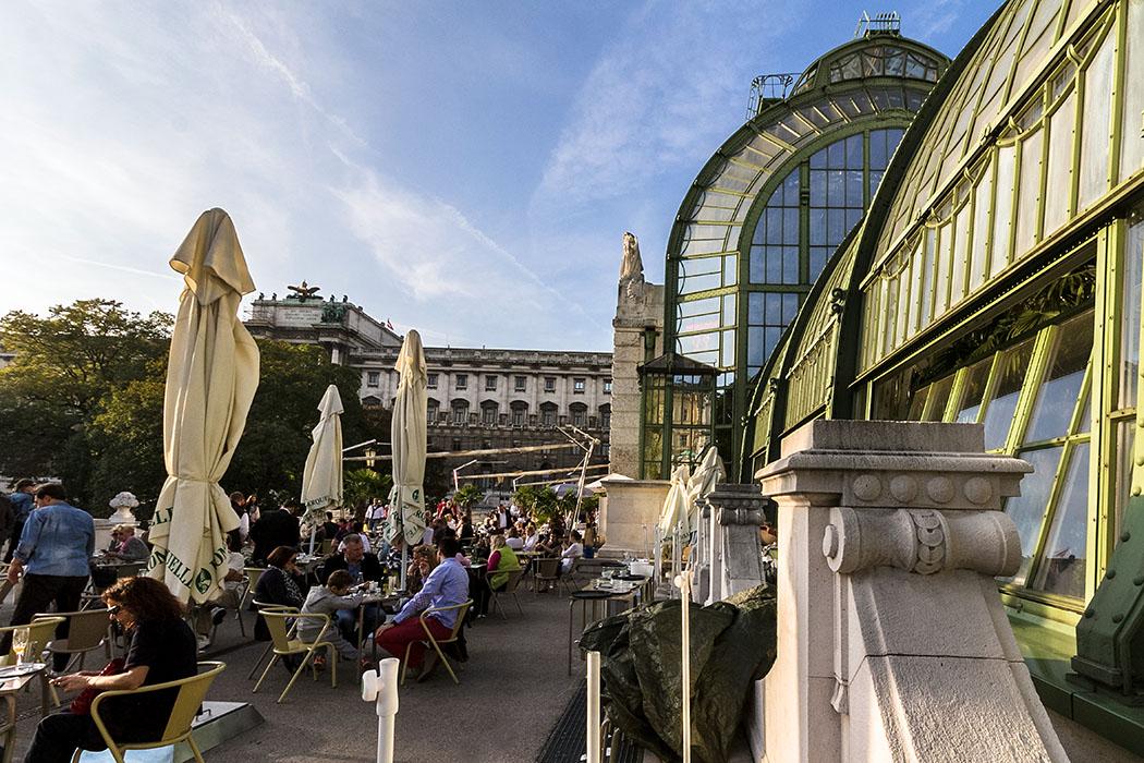 wien palmenhaus burggarten cafe restaurant oesterreich vienna austria Wiener Szene-Flair auf der Sonnenterrasse vor dem Palmenhaus im Burggarten.