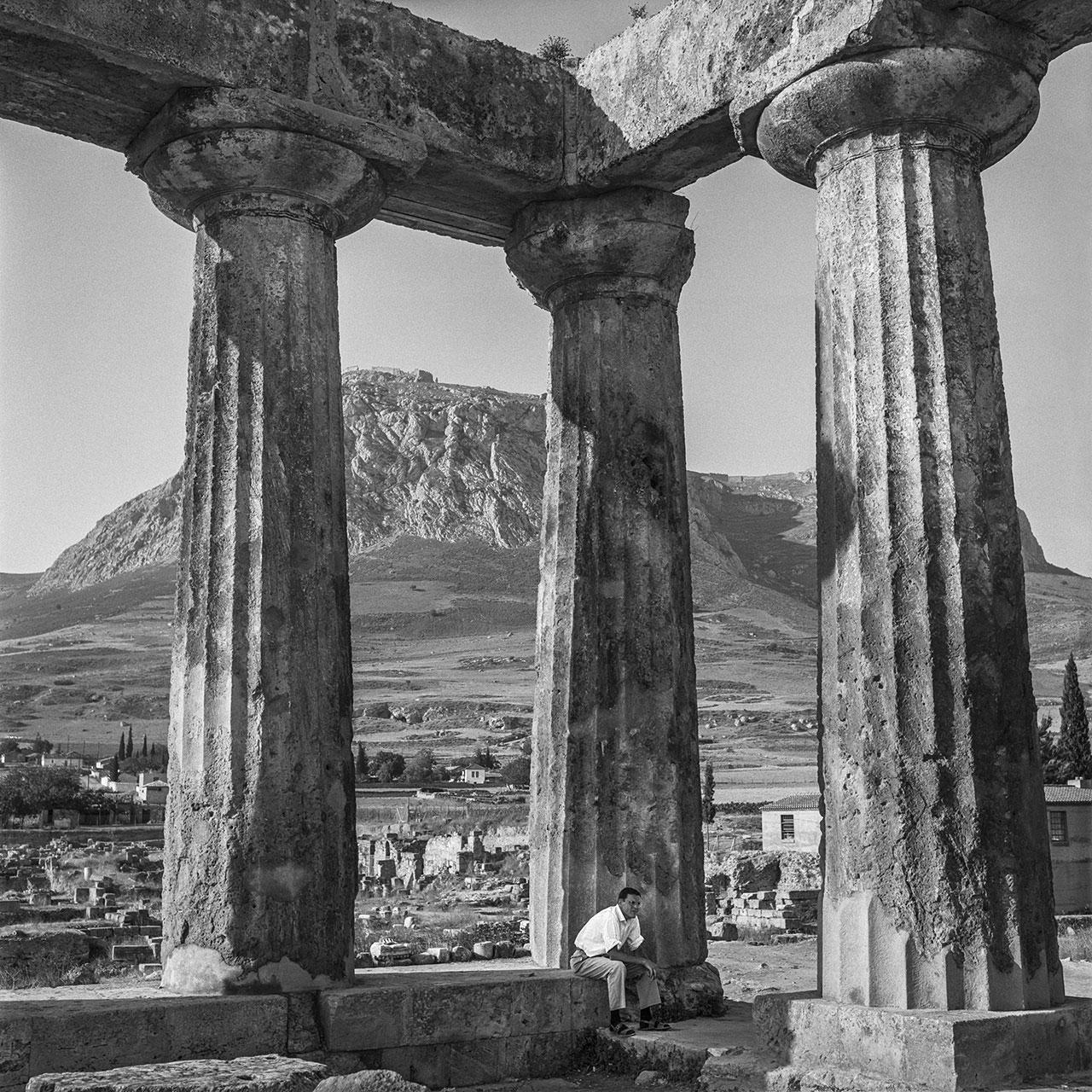 Korinth 1961: Der dorische Apollontempel in der antiken Stadt Korinth, im Hintergrund der Festung Akrokorinth. Foto © Robert McCabe