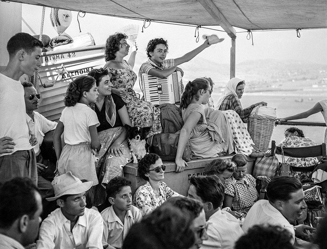"""Unterwegs in der Ägäis auf dem Deck der """"Despina"""" 1955. Foto © Robert McCabe."""