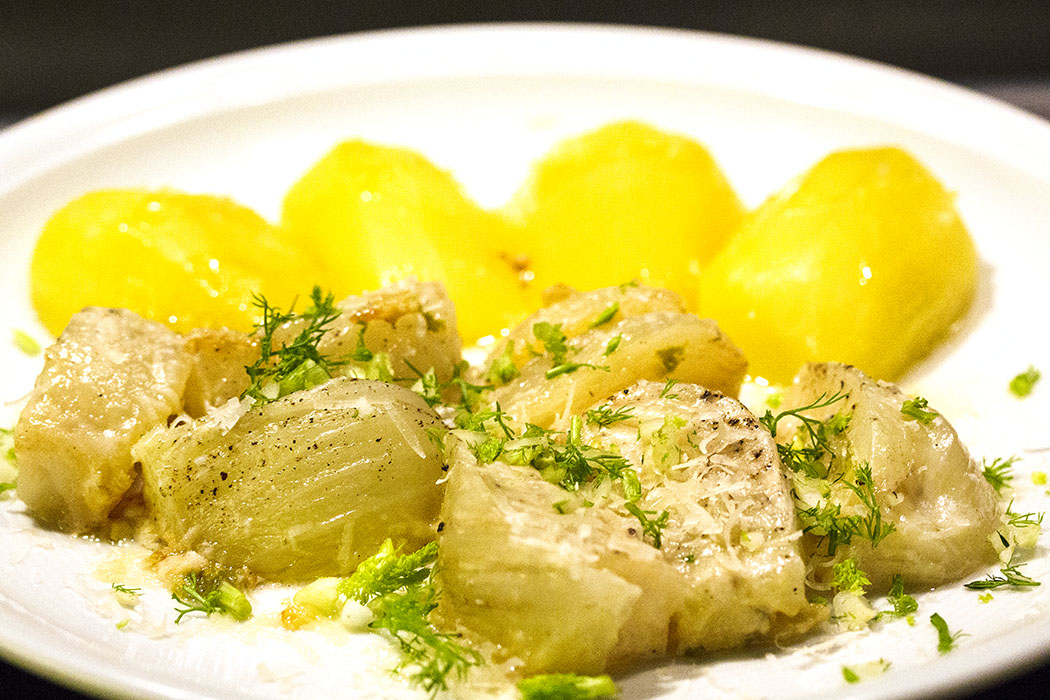 Zuletzt die Butter-Sahne-Kruste aus dem Topf über Fenchel und Kartoffeln träufeln.