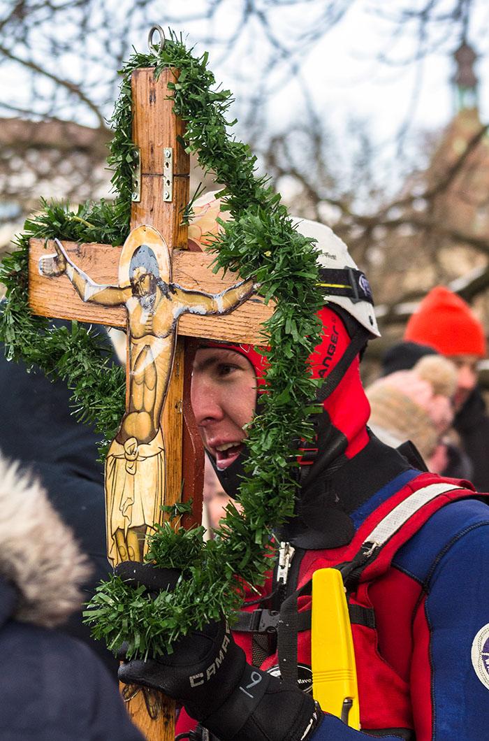 Mit der Theophanie ist die menschliche Gegenwart Gottes in der Person Jesu Christi gemeint, das hier durch das Holzkreuz abgebildet wird.