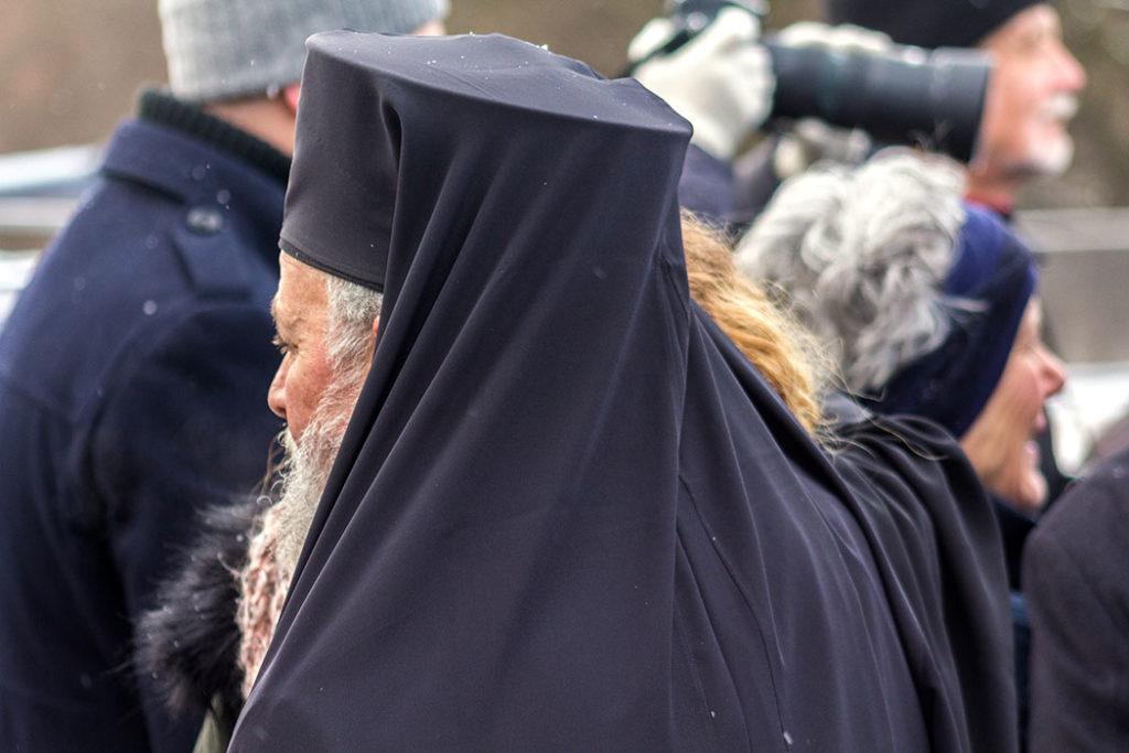 Weihbischof Evmenios von Lefka unterhält sich mit den orthodoxen Christen in München.