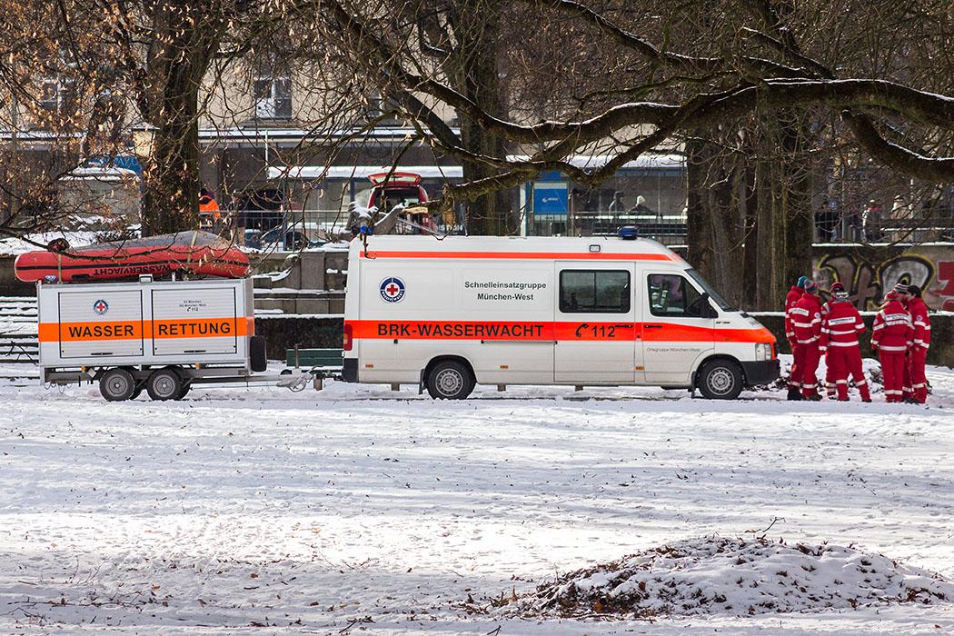 Die Mitarbeiter der BRK-Wasserwacht München sorgten für die Ausrüstung und Sicherheit der Schwimmer am Fest der Epiphanie.