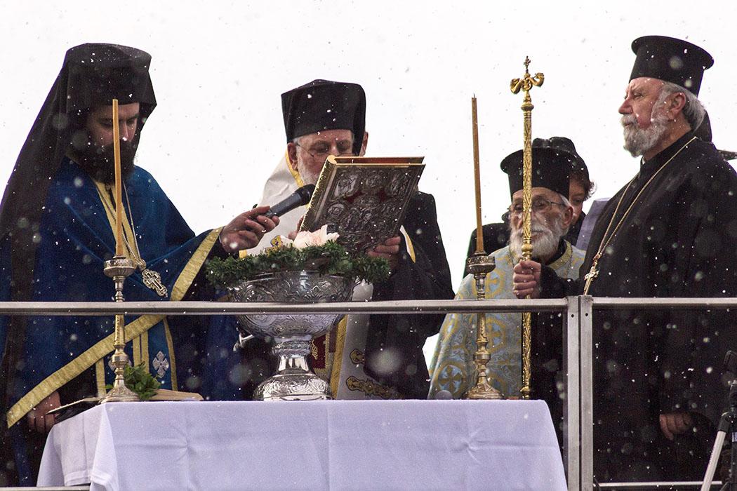 Archimandrit Georgios Siomos (links) und Weihbischof Evmenios von Lefka (Mitte) und Erzpriester Apostolos Malamoussis bei der Segnung der Isar auf der Ludwigsbrücke in München