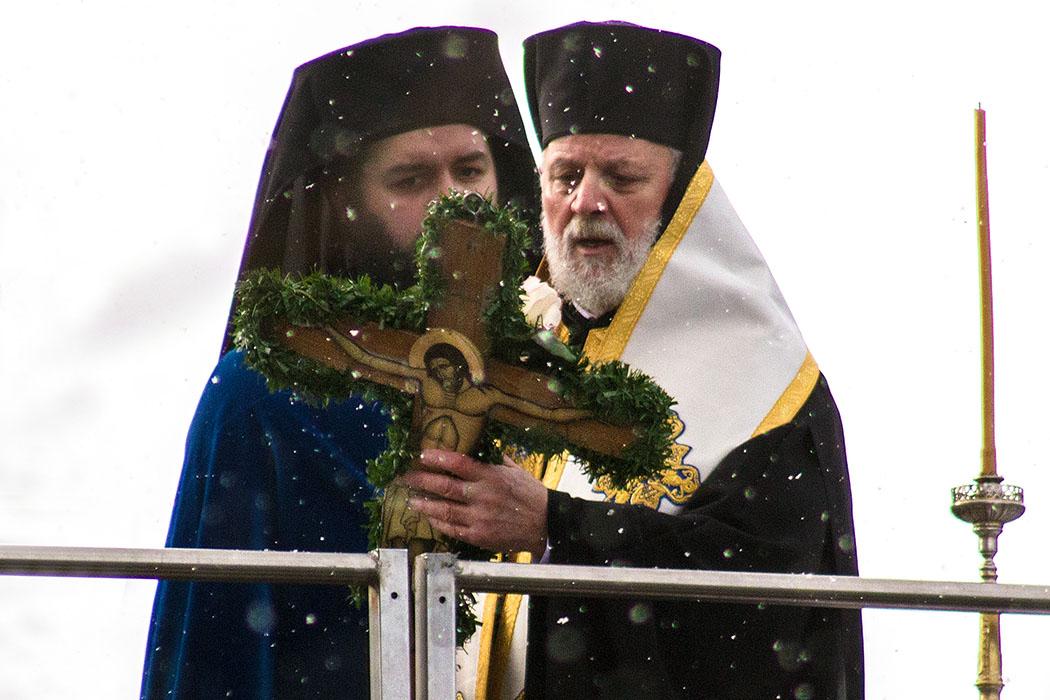 Fest der Epiphanie 2017 -Fest der Epiphanie 2017: Archimandrit Georgios Siomos (links) und Weihbischof Evmenios von Lefka bei der großen Wasserweihe auf der Ludwigsbrücke in München.