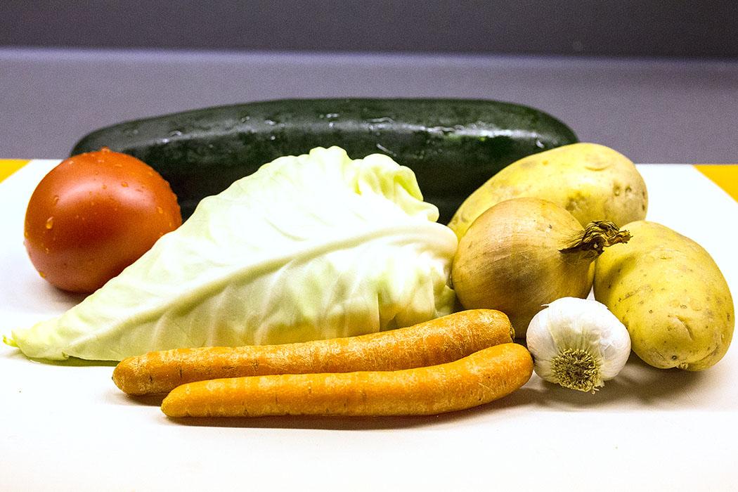 Die Zutaten: Spitzkohl, Kartoffeln, Zucchini, Möhren, Tomaten, Knoblauch.