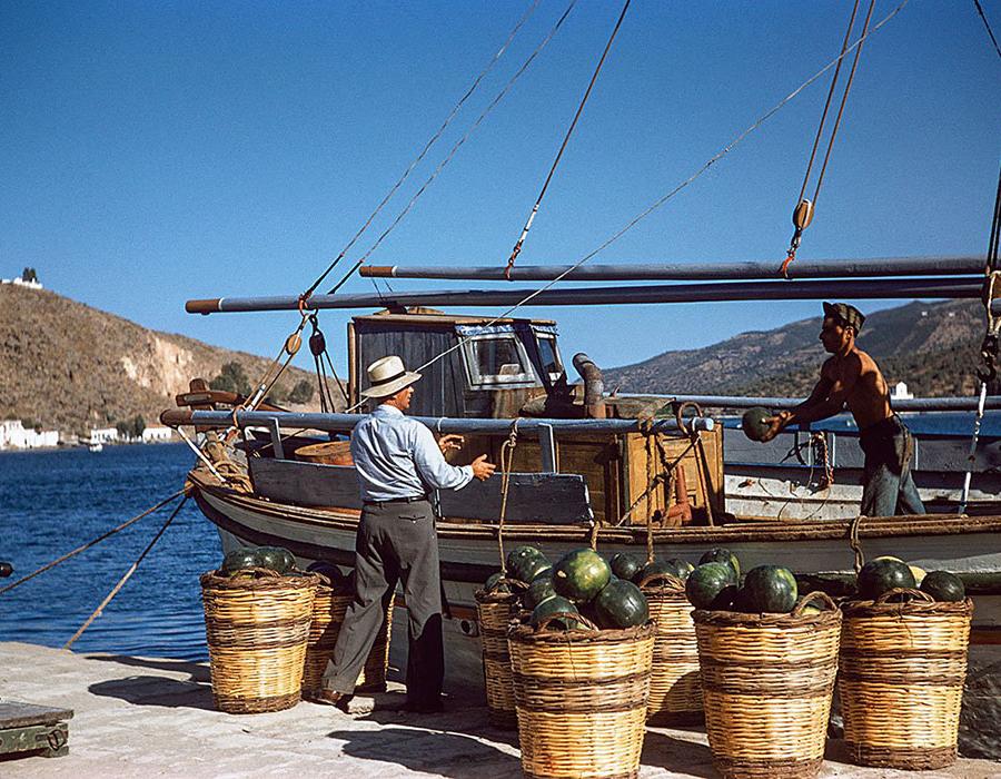 Insel Poros 1957: Von einem Kaiki im Hafen werden Wassermelonen abgeladen. © Robert McCabe