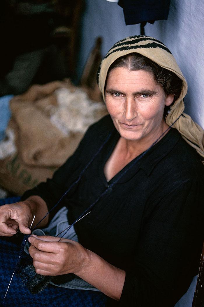Insel Skyros 1957: Griechische Hausfrau mit Strickarbeit. Foto © Robert McCabe.