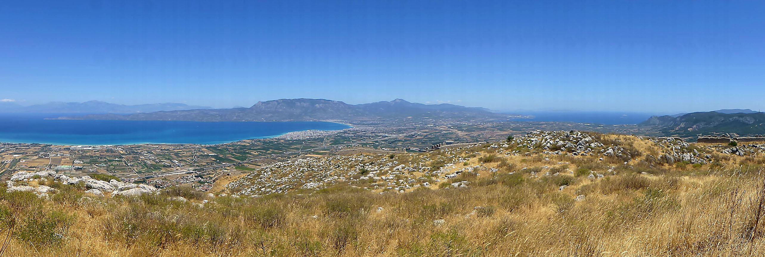 Online-Reiseführer: Peloponnes - Das antike Korinth akrokorinth aphroditetempel panorama golf von korinth aegaeis korinth peloponnes griechenland Die Aussicht vom höchsten Punkt auf dem Tafelberg Akrokorinth ist fantastisch: Links das ionische Meer, rechts die Ägäis.