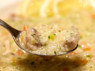 Griechische Hühnersuppe mit Eier-Zitronen-Sauce wärmt Körper und Seele.