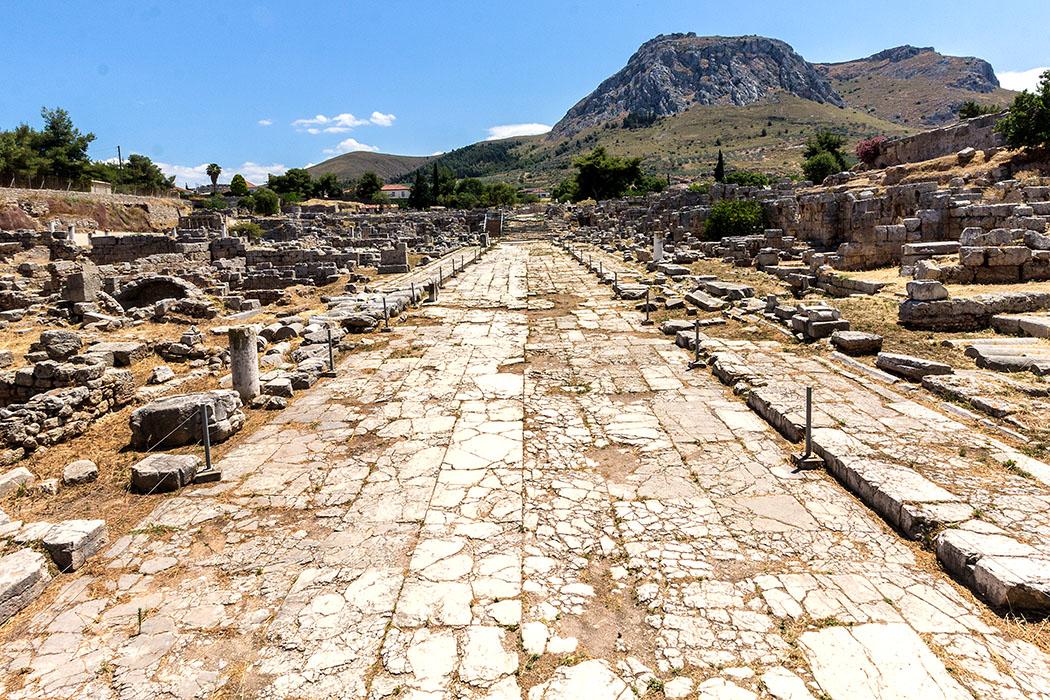 korinth Lechaion Strasse peloponnes griechenland Die marmorgepflasterte Lechaion-Straße nahm im Stadzentrum ihren Anfang und führte bis zur Hafenstadt Lechaion am Golf von Korinth. Der Hafen war seit dem 7. Jahrhundert v. Chr. in Betrieb und war mit Korinth durch diese Straße, sowie durch lange Mauern verbunden.