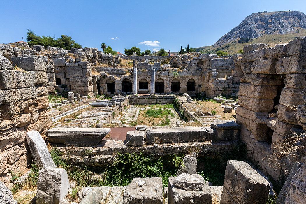 korinth Peirene Brunnen peloponnes griechenland Der prunkvolle marmorverkleidete Peirene-Brunnen stammt aus dem 2. Jhd. und wurde von Herodes Attikus gestiftet, einem Freund des römischen Kaisers Hadrian. Hinter den sechs Apsiden gab es sechs Schöpfbecken, die von einem unterirdischen Wasserdepot gespeist wurden.