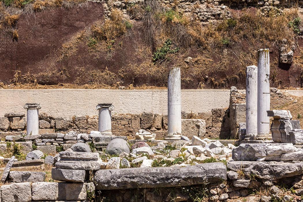 korinth Peribolos des Apollon peloponnes griechenland Der rechteckige Säulenhof wird Peribolos des Apollon genannt und wurde für religiöse Versammlungen und öffentliche Veranstaltungen genutzt. Er entstand in griechischer Zeit und wurde von den Römern renoviert.