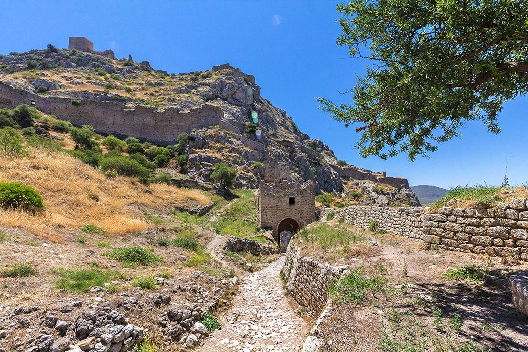 korinth akrokorinth festung burg peloponnes griechenland - Die Festung Akrokorinth beeindruckt bis heute durch ihre riesigen Dimensionen