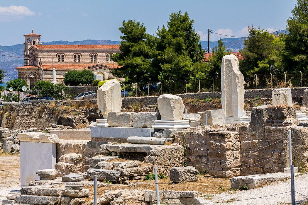 korinth ancient bema apostel paulus 2 peloponnes griechenland Auf dem Forum von Korinth steht die berühmte Rednertribüne (Bema) von dieser soll der Apostel Paulus zu den Bürgern der Stadt gesprochen haben. Später wurde eine Gedenkkapelle darauf erbaut, Reste davon sind noch sichtbar - im Hintergrund die Dorf von Archea Korinthos.