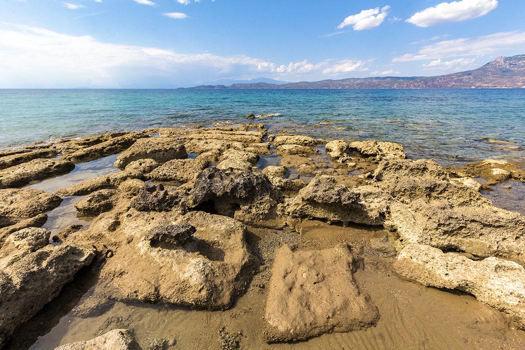 Von der westlichen Hafenmole schweift der Blick in den Golf von Korinth. Gegenüber, am Ende der felsigen Landspitze (links) liegt das Hera-Heiligtum von Perachora (Heraion von Perachora).