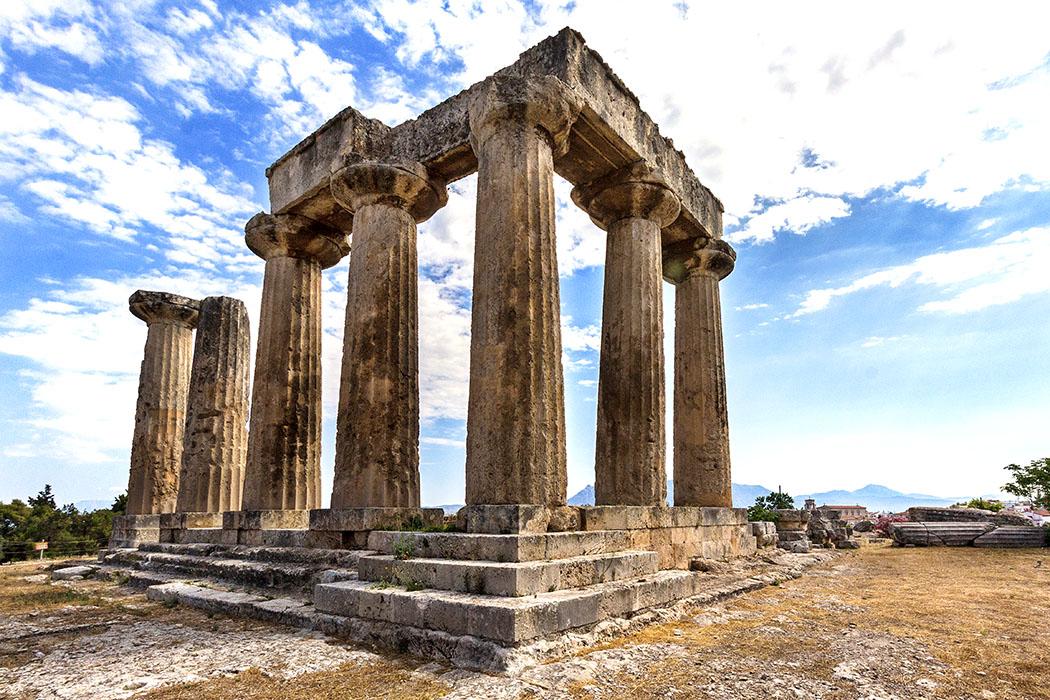korinth apollon tempel dorisch peloponnes griechenland Der Apollon-Tempel von Korinth stammt aus dem 6. Jhd. v. Chr. und ist ein Meilenstein im griechischen Tempelbau, die Gliederung der Cella diente als Vorbild für den Parthenontempel in Athen.