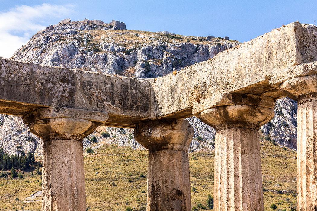 korinth apollontempel dorisch akrokorinth detail peloponnes griechenland Über den dorischen Außensäulen des Apollon-Tempels ist die Festung Akrokorinth sichtbar.