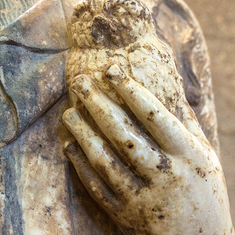 Detail von einer Athena-Statue: Die Göttin hält eine Eule in ihrer Hand.