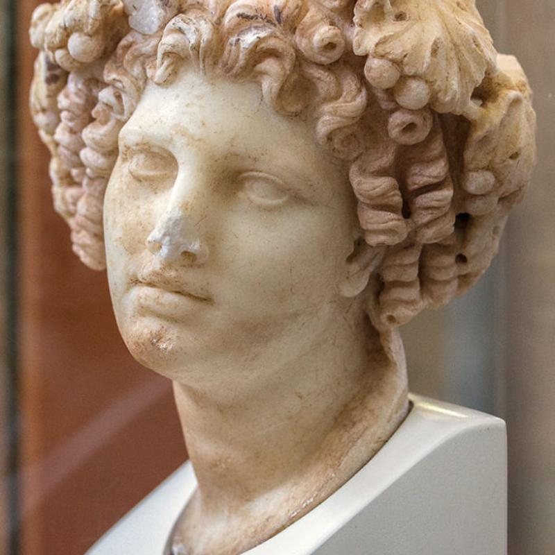 Marmorkopf des Dionysos. Fundort: Tempel der Octavia. Datierung: 2. Jhd. n. Chr.