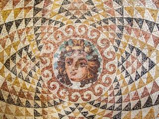 Das Mosaik aus einer römischen Villa zeigt den Kopf von Dionysos. Datierung: 2. Jhd. n. Chr.