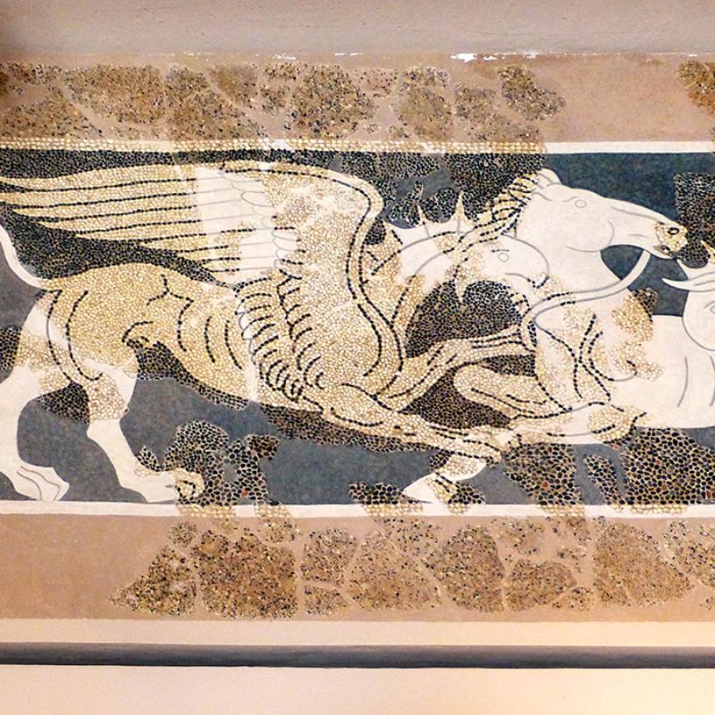 Mosaik aus Kieselsteinen: Es zeigt zwei Greifen die ein Pferd erlegen. Es ist eines der ältesten erhaltenen griechischen Mosaike. Datierung: 5. Jhd. v. Chr.