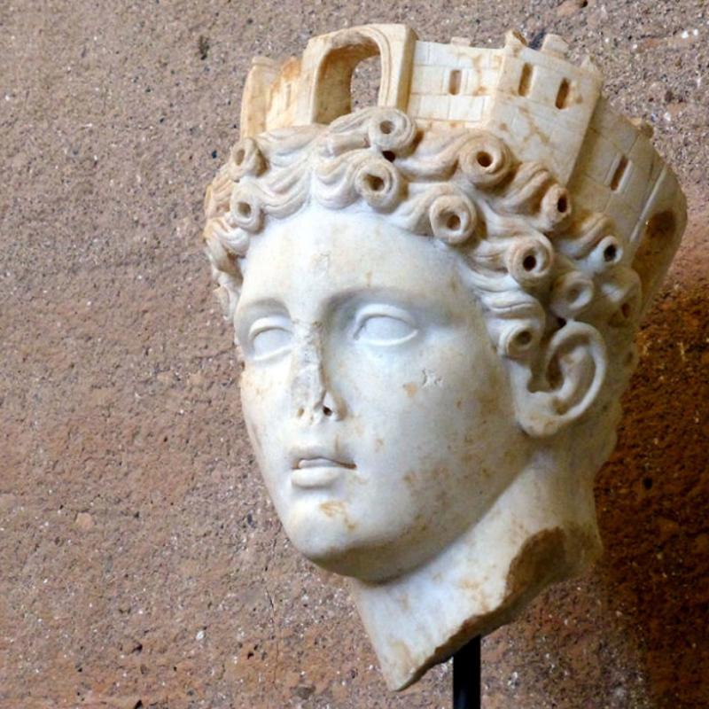 Marmorkopf der Göttin Tyche (römische Göttin Fortuma) mit Mauerkrone. Die Tyche-Statue sollte Korinth Glück bringen. Datierung: 1. Jhd. n. Chr. Fundort: Tempel der Octavia.