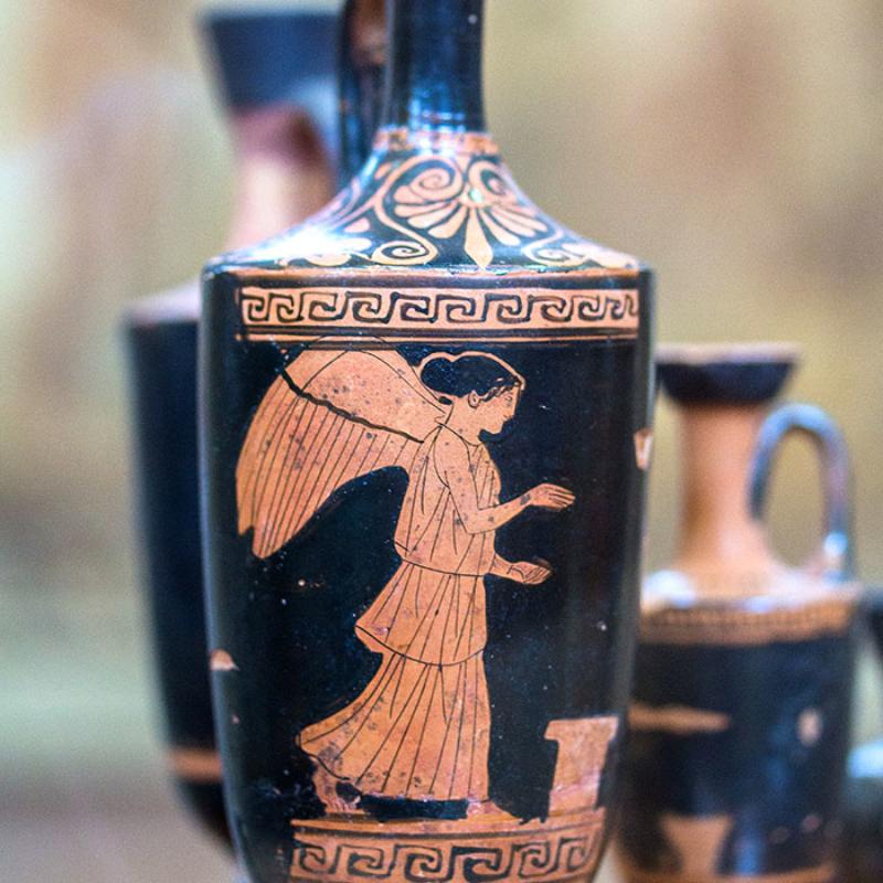Rotfigurige Lekythos mit Nike, ein Gefäß zur Aufbewahrung von Olivenöl mit enger Mündung und Henkel. Datierung: um 530 v. Chr.