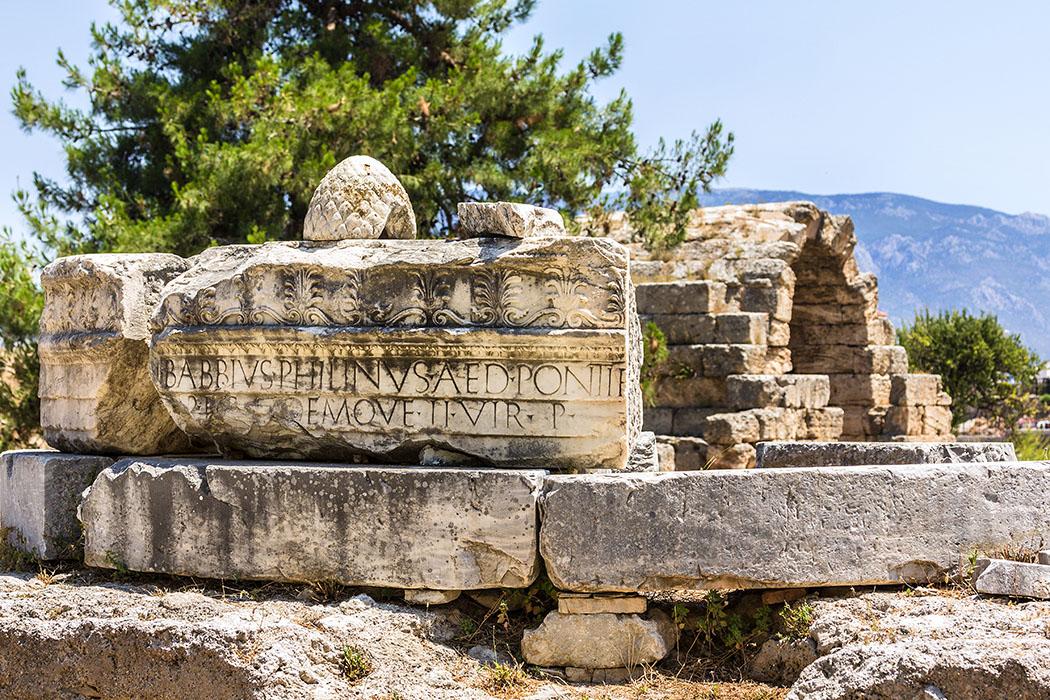 korinth babbius monument montopteros peloponnes griechenland Das römische Babbius-Monument war einst ein Monotperos mit acht Säulen. Es wurde von einem freigelassenen greichischen Sklaven auf dem Foruum von Korinth erbaut.