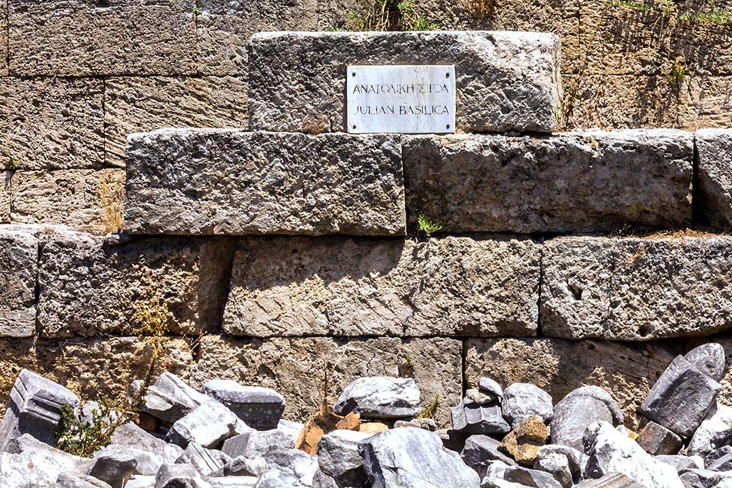 korinth basilika julia peloponnes griechenland Nahe der römischen Basilika Julia am Forum von Korinth haben sich die Startlinien der einstigen griechischen Laufbahn erhalten.