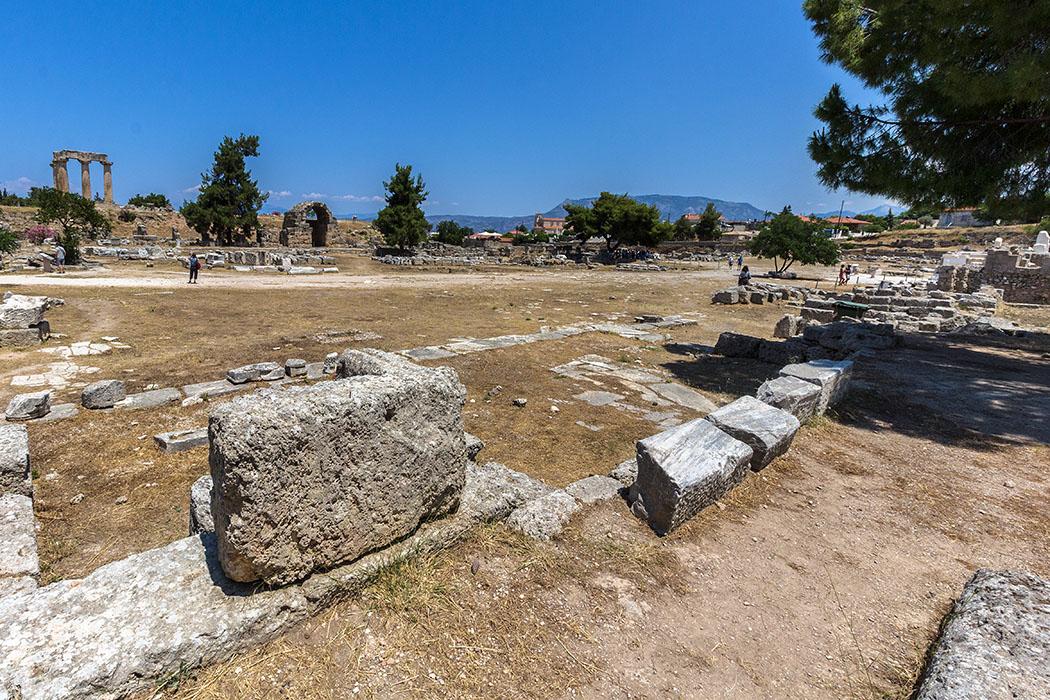 korinth forum suedstoa peloponnes griechenland Das Forum von Korinth war das politische, juristische, ökonomische und religiöse Zentrum der Stadt und entsprach in seiner Fuktion einer griechischen Agora.