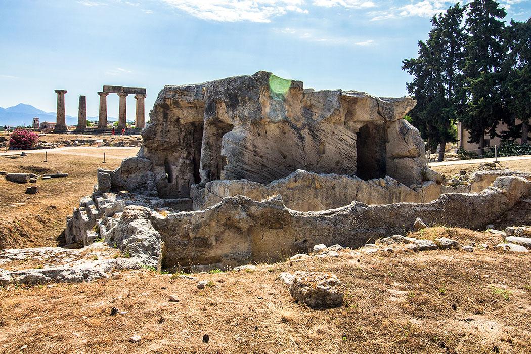 korinth glauke brunnen archaeologisches museum peloponnes griechenland Korinth war eine wasserreiche Stadt, jeder Bürger hatten zum Trinkwasser gebührenfreien Zugang. Der Glauke-Brunnen wurde im 6. Jhd. v. Chr. aus einem frei stehenden Kalksteinblock geschnitten.