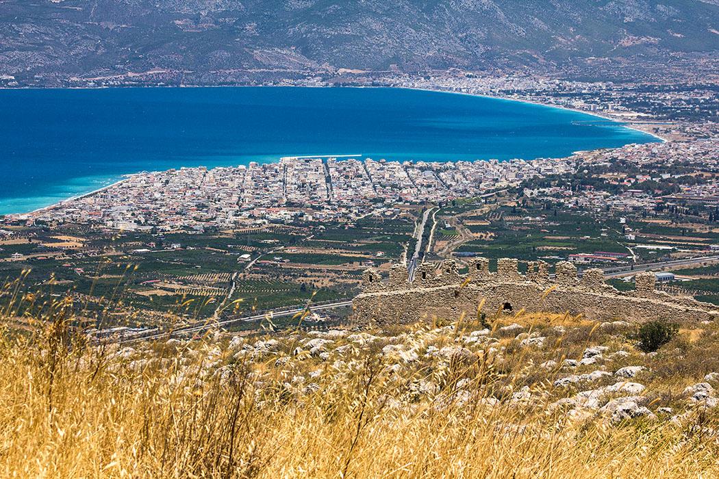 Online-Reiseführer: Peloponnes - Das antike Korinth korinth stadt hafen golf von korinth peloponnes isthmus griechenland Die moderne Hafenstadt Korinth liegt direkt am gleichnamigen Golf und ist inzwischen mit Loutraki, im Norden der Bucht, fast zusammengewachsen. Bei genauem Hinsehen ist die Einfahrt in den Kanal von Korinth (oben rechts) erkennbar.