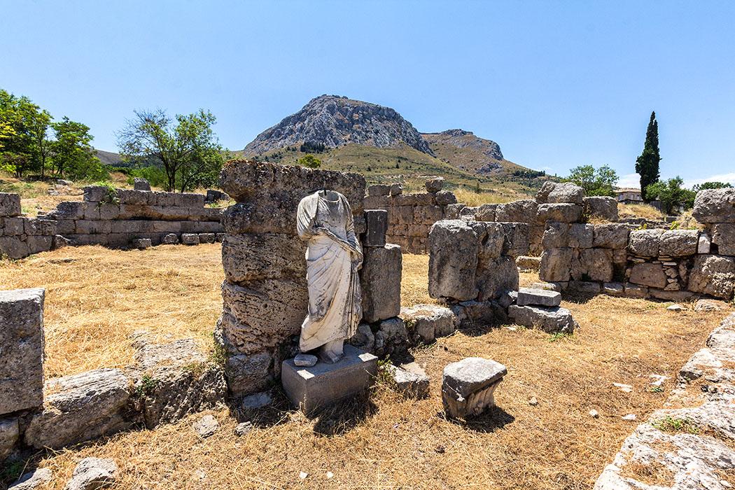 """korinth sued stoa statue peloponnes griechenland Die Süd-Stoa war einst das größte """"Shopping-Center"""" von Korinth. Über dreißig doppelstöckige Läden und Lokale hatten in der Stoa Platz."""