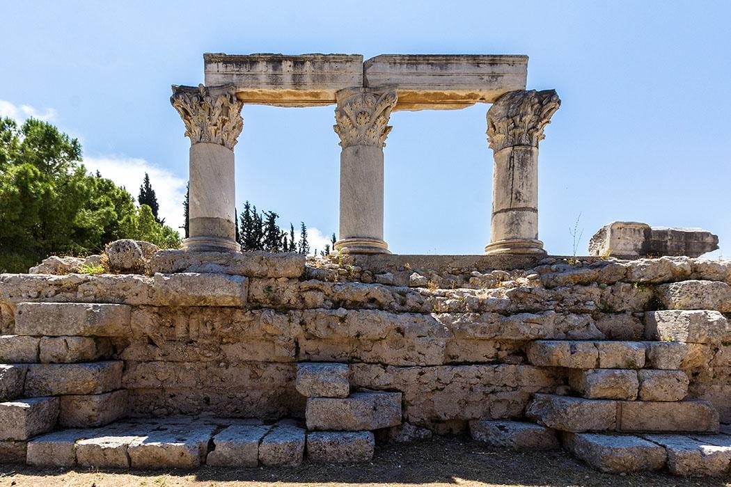korinth tempel der octavia peloponnes griechenland Der römische Peripteral-Tempel auf einem hohen Fundament wird auch Tempel der Octavia genannt. In seinem Inneren stand eine Statue von Octavia, der Schwester des Augustus.