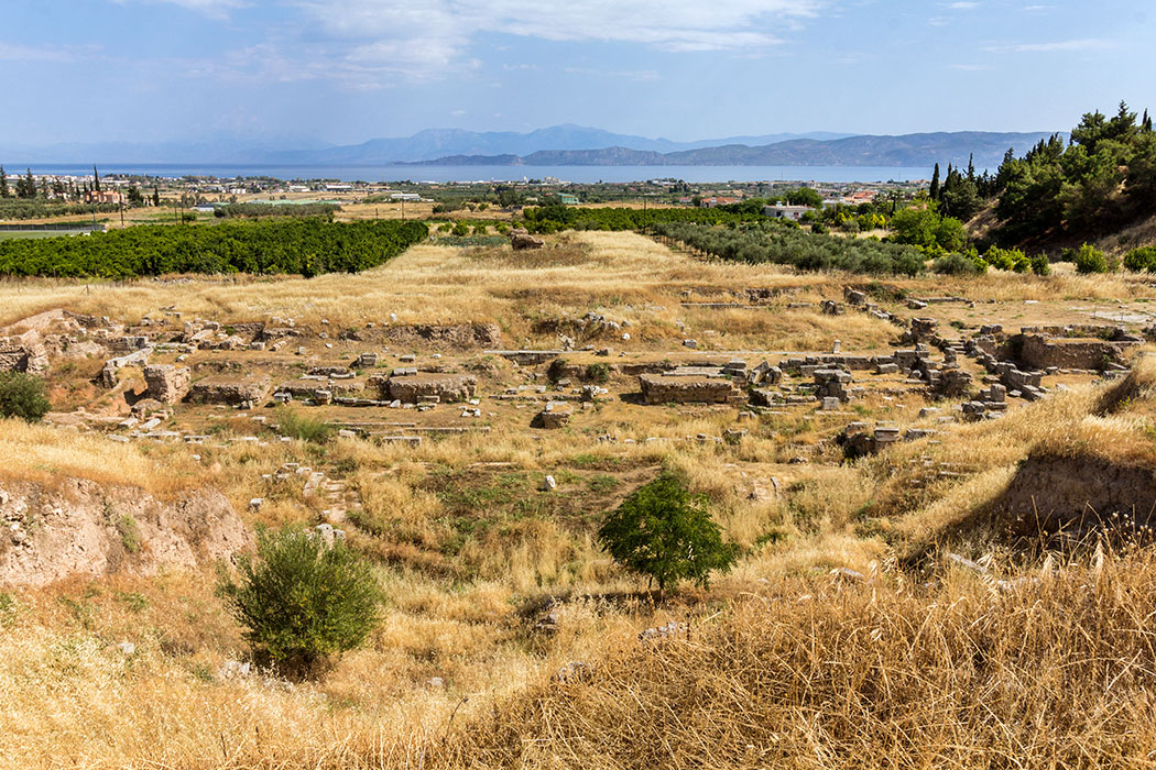 Online-Reiseführer: Peloponnes - Das antike Korinth korinth theater peloponnes griechenland´Das einstmals imposante Theater von Korinth bot den Besuchern einen traumhafte Aussicht auf den Golf von Korinth.