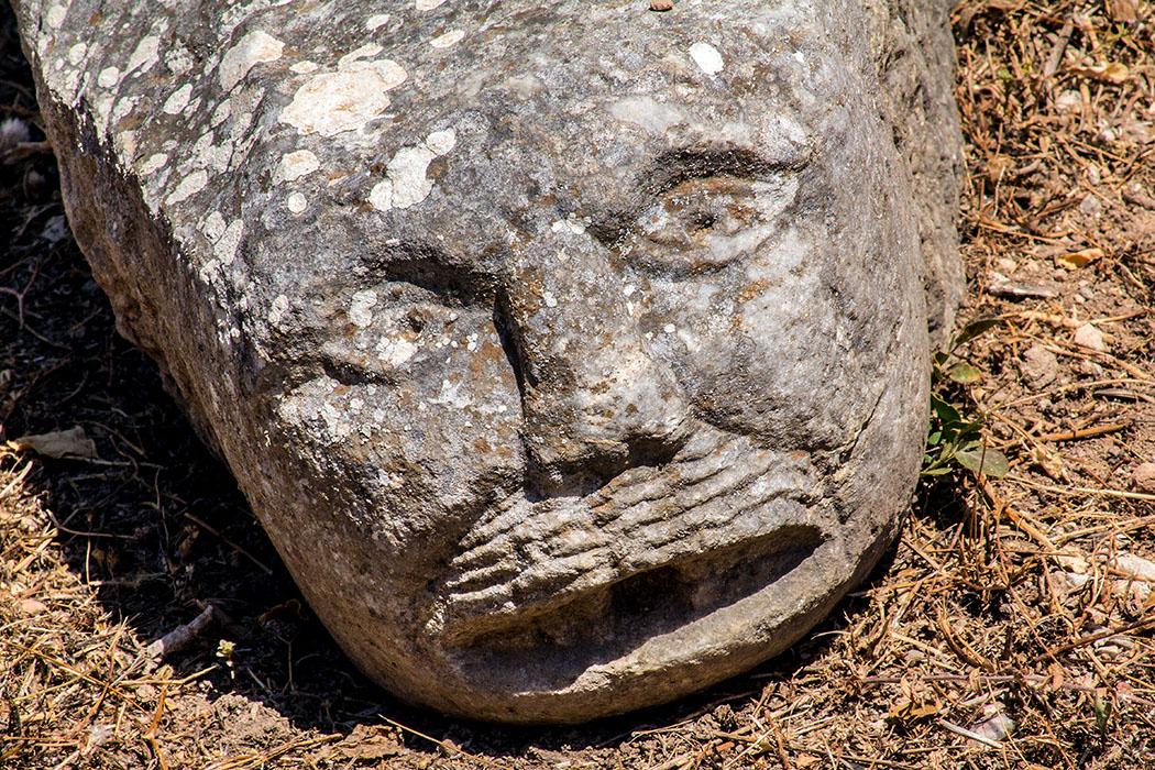 korinth west stoa loewenkopf wasserspeier peloponnes griechenland Der Wasserspeier im Form eines Löwenkopfes stammt von einem griechischen Brunnen aus dem 5. Jhd. v. Chr.