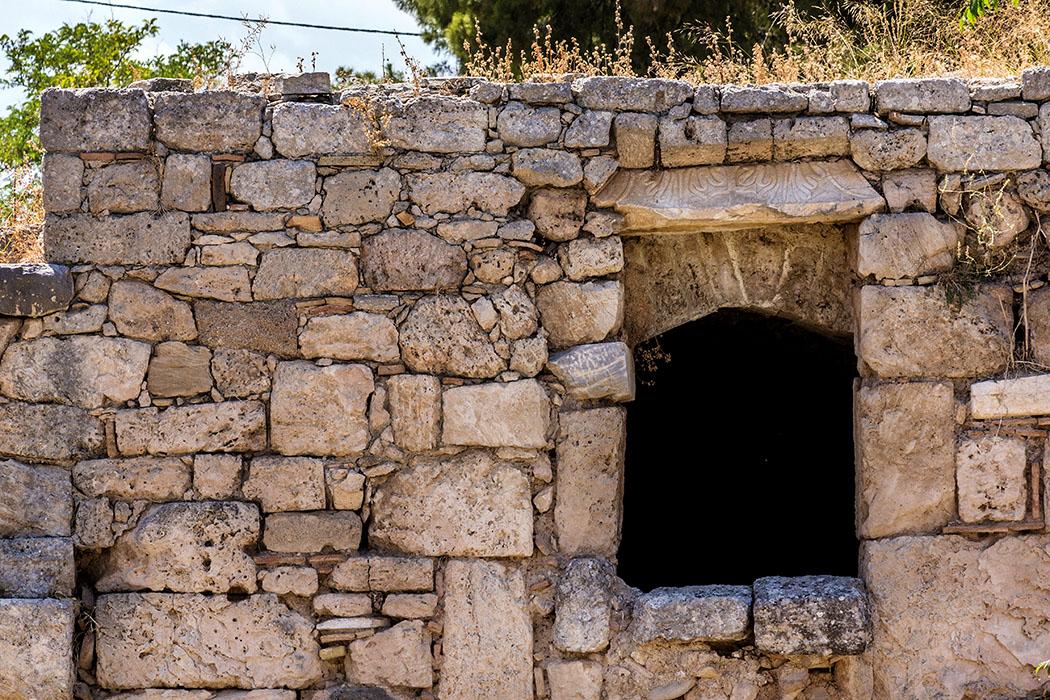 korinth west stoa peloponnes griechenland In der West-Stoa von Korinth waren unterschiedliche Geschäfte und Tavernen untergebracht.