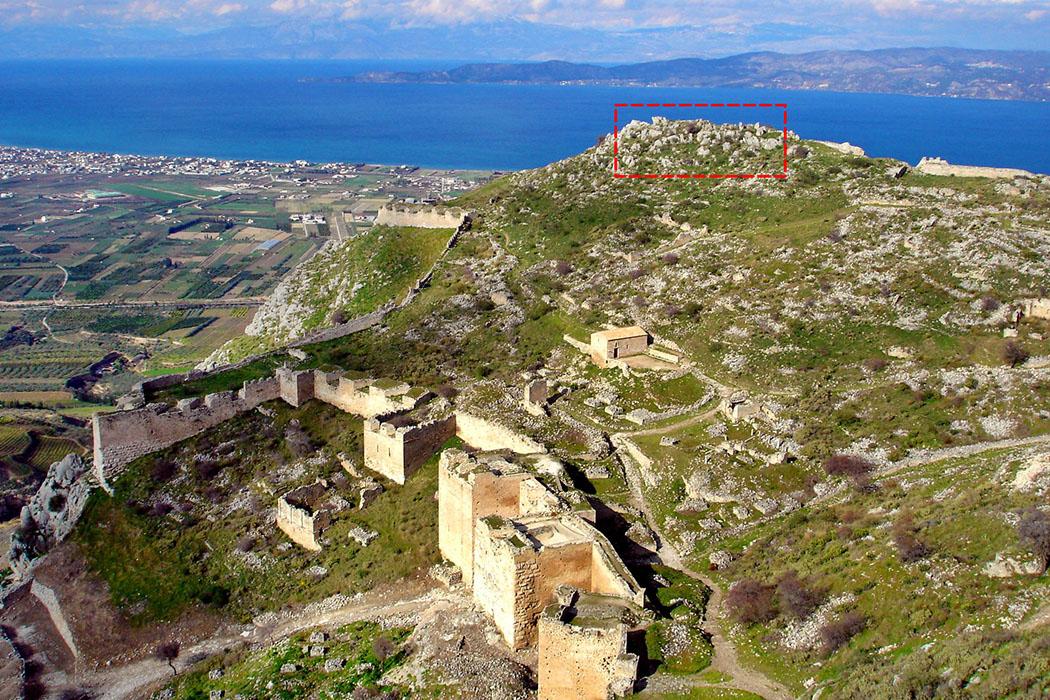 Akrokorinth overview Überblick über die Festung Akrokorinth: Wir befinden und auf dem Westgipfel bei der Ruine der fränkischen Burg. Unter uns liegt das mächtige dritte Tor, etwas oberhalb die Agios Dimitros-Kapelle. Auf dem Ostgipfel befand sich einst der Aphrodite-Tempel (rot umrandet), aus dem 5. Jdh. v. Christus.