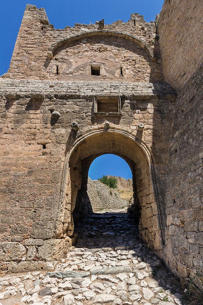 Die ältesten Mauern vom zweiten Burgtor, sind antike Fundamente mit polygonalem Mauerwerk am linken Zugang. Sie stammen frühestens aus archaischer Zeit um 750 v. Chr., diese Mauertechnik wurde allerdings bis ins 4. Jdh. angewendet.