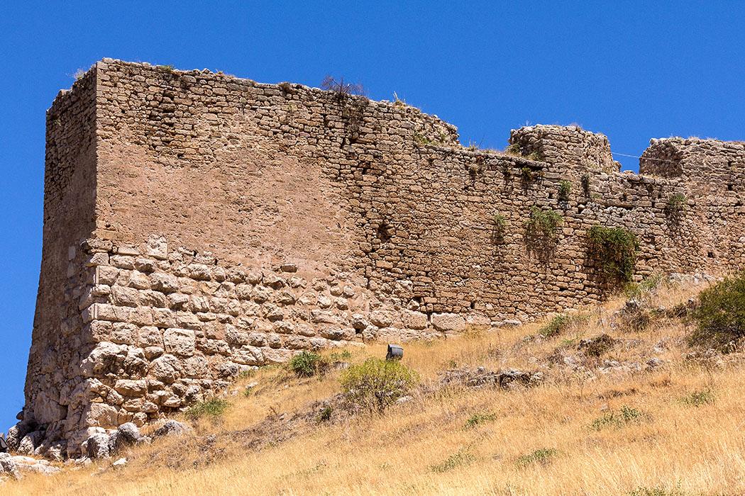 Beispielhafte Burgmauer der Akrokorinth: Das Fundament bilden antike Polygonalmauern, darüber folgt byzantinisches, venezianisches und osmanisches Mauerwerk.