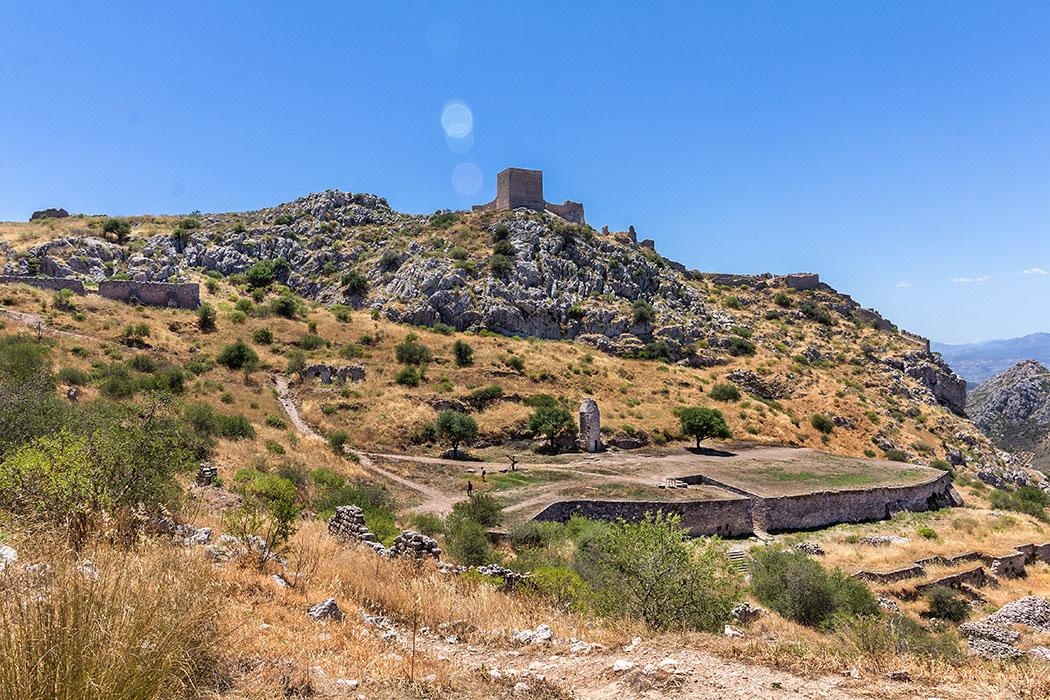 Auf dem Weg zum Aphrodite-Tempel passieren wir eine byzantinische Zisterne auf der noch der Stumpf eines Minaretts steht.