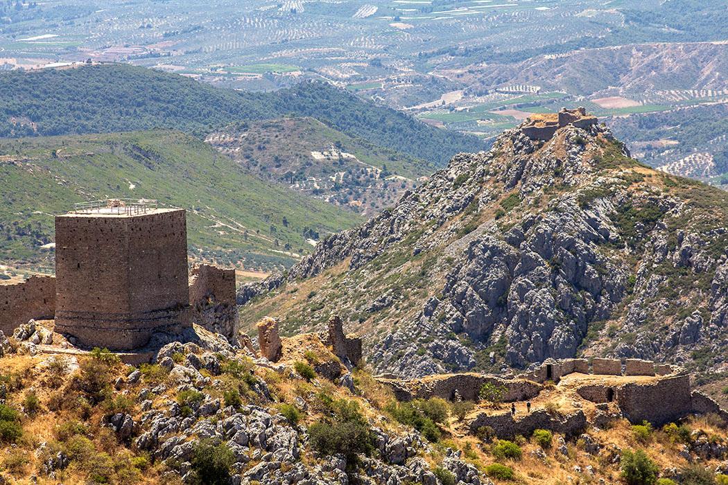 Auf dem Westgipfel steht die Ruine des fränkischen Turmes, der später durch die Venezianer und die Osmanen ausgebaut und erweitert wurde