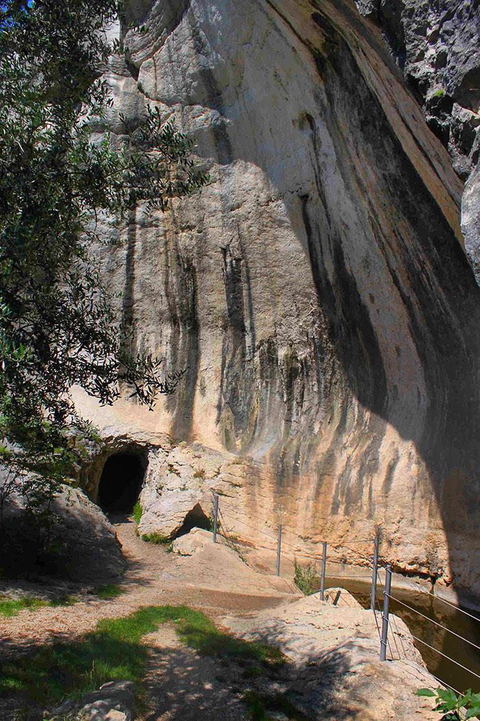"""Gletschermühlen """"Marmitte dei Giganti"""" bei Nago-Torbole Marmitte dei Giganti garda trentino nago torbole 01-ol An einer Gletschermühle liegt der Eingang zu einer Höhle, der militärischen Ursprungs ist. Daneben hat sich ein Teich gebildet, der von Amphibien und Libellen bewohnt wird."""