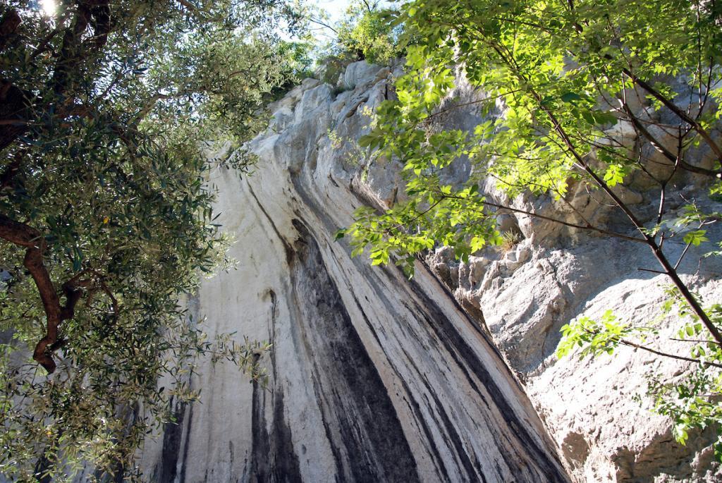 """Garda Trentino: 10 Ausflugstipps im Norden vom Gardasee Marmitte dei Giganti garda trentino nago torbole Die Gletschermühlen """"Marmitte dei Giganti"""" bei Nago entstanden währen der Eiszeit durch Gletscherschmelzwasser. Durch Strudel sind Auswaschungen im weicheren Gestein entstanden."""