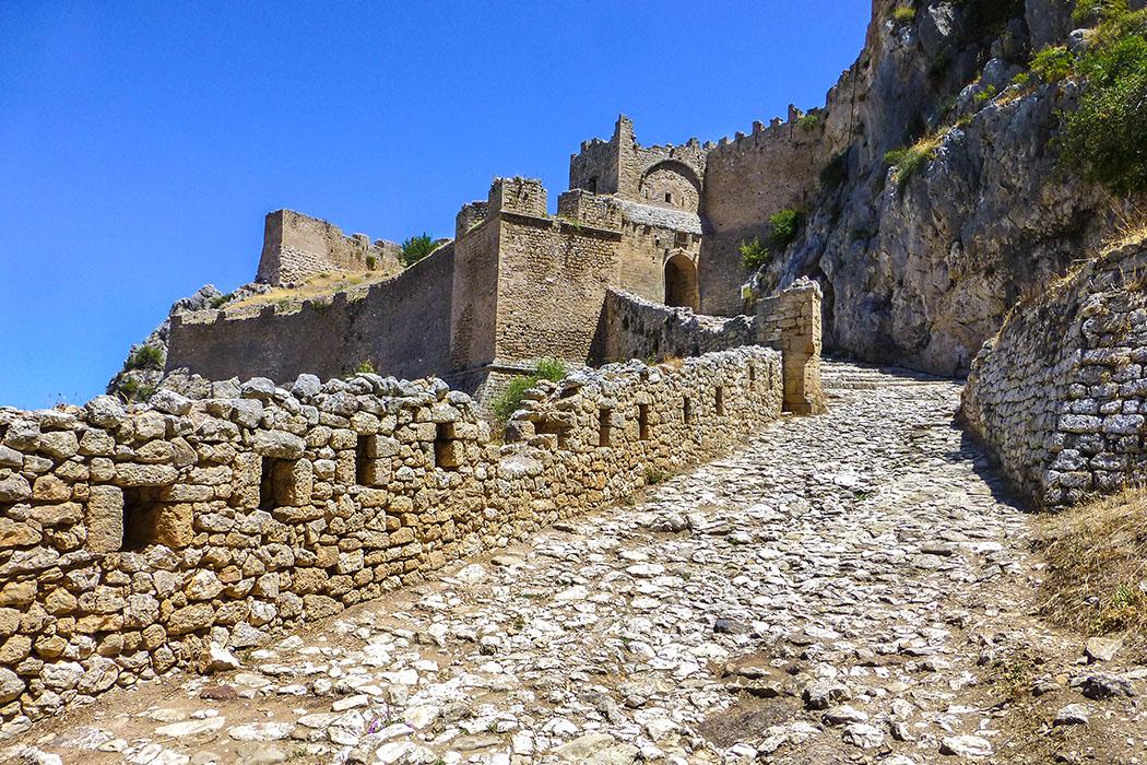 Der Weg in die Festung führt zum zweiten Burgtor. Der heute sichtbare turmartige Torbau stammt aus byzantinischer Zeit (9. bis 12. Jhd.).