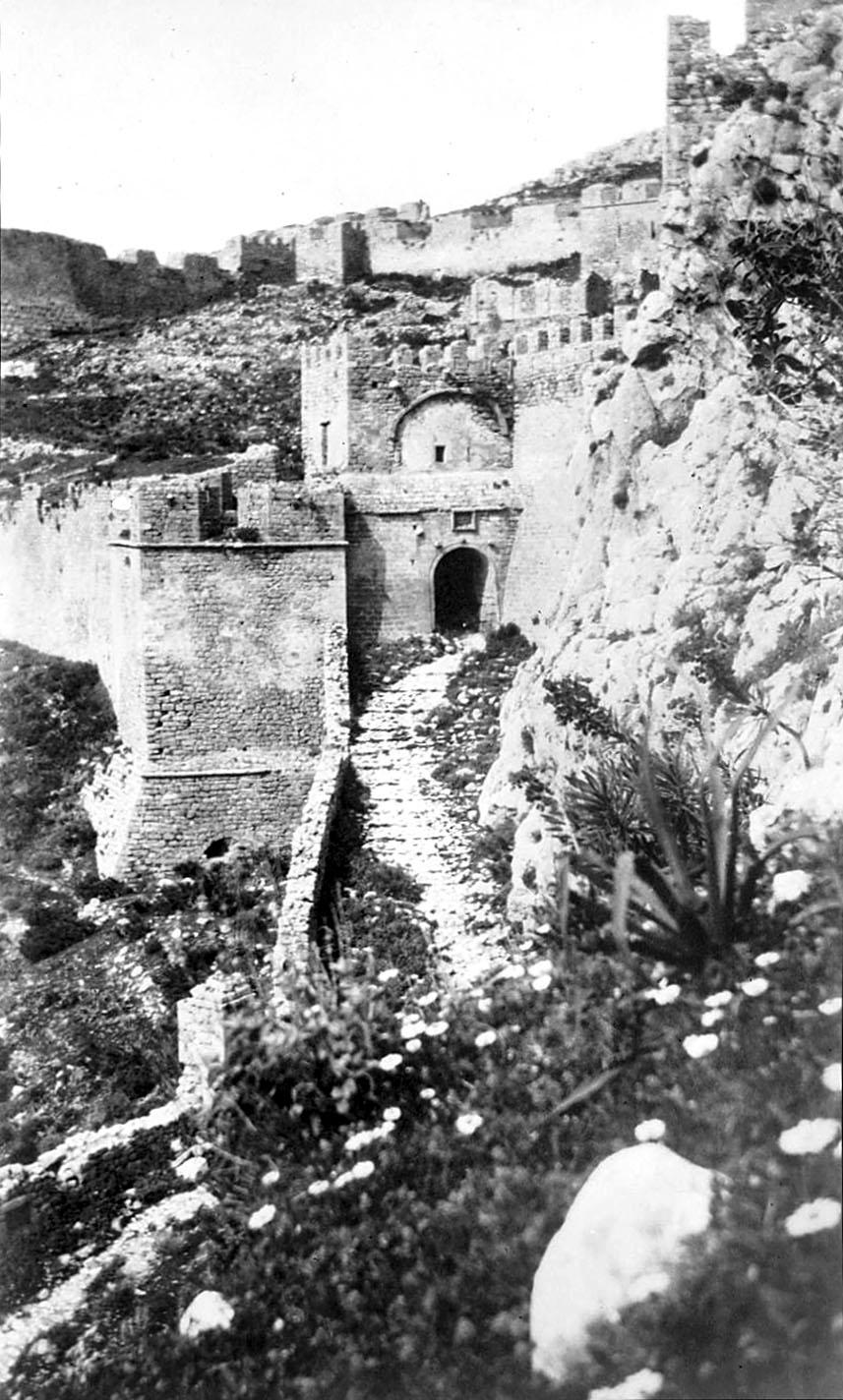 acocorinth, second gate, 1928-ol Das zweite Burgtor der Akrokorinth im Jahr 1928, das Foto entstand während der ersten Ausgrabungskampagne der ASCSA. Foto: corinth.ascsa.net