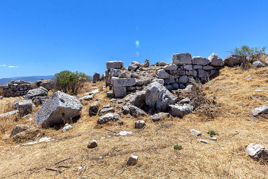 Auf dem Ostgipfel des Akrokorinth liegen die Reste des Aphrodite-Tempels, einer christlichen Kirche und eines Wachturms.